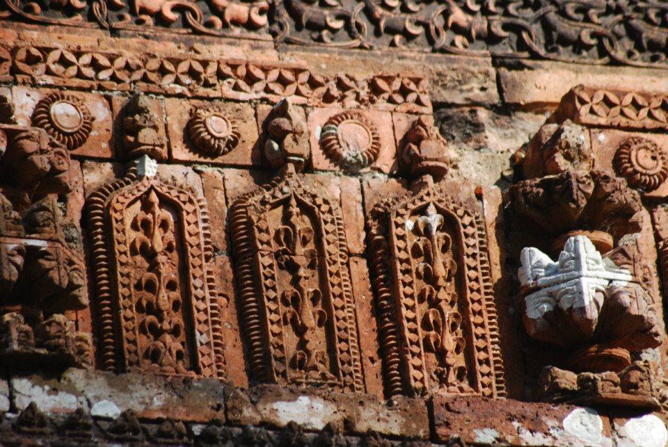 অনিন্দ্যসুন্দর কারুকাজ সমৃদ্ধ মঠের এর বাইরের দিক
